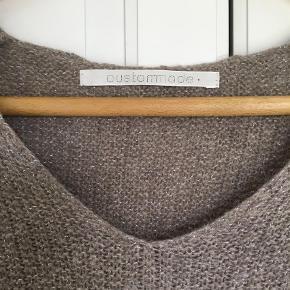 Varetype: Striktrøje Farve: Beige Oprindelig købspris: 1200 kr.  Lækker trøje med et fint glimt at sølv