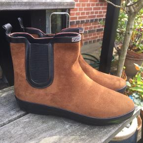 Nye korte støvler på gummisål, str. 36. Materialet er syntetisk.