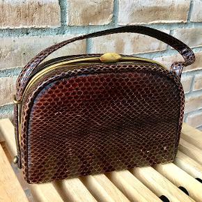 Enkel feminin vintage taske. Har brugstegn, men giver charme til den i forvejen lækre vintage stil. Spørg endelig:)