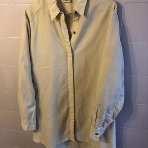 Elegant oversize skjorte fra Weekday. Skjorten har skjulte knapper og falder virkelig flot.