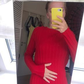 Flot rød tynd ribstrikket kjole fra ASOS i str xs. Brugt, men i fuldkommen god stand. Jeg har selv lagt den op, da jeg ikke brød mig om den oprindelige længde. (Jeg er 164 cm) Byd endelig :)