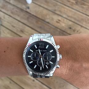 Michael Kors ur i stål med blå urskive. Næsten nyt, under 1 år gammelt. Box haves