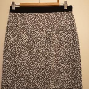 Nederdel fra Envii med leo mønster. Kun brugt og vasket få gange. Fremstår derfor som ny. Kjolen er i elastisk materiale og kan derfor give sig.