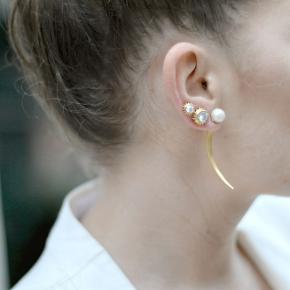 Jane Kønig ørering fra serien Magnetic i forgyldt sølv. Har magnet-lukning og kan styles på flere måder. Byd.