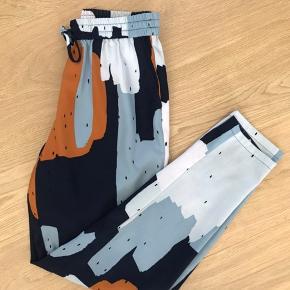 Skønne, løse Miami bukser fra Envii i str. xs. Kan også passes af en small. Sælges fordi jeg ikke får dem brugt.