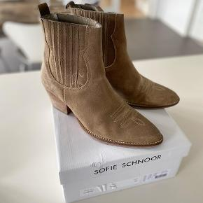 Sofie Schnoor støvler str 40. Brugt Max 5 gange.  Nypris 1599,- Sælges for 600,- inkl.
