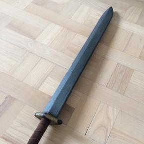 Sværd til rollespil og leg i skumgummi. 75 cm. velholdt. Med læderholder til bæltet. Nypris 350