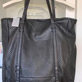 Lækreste taske i skind. Et stort rum med lærredslomme indeni.  Brugt en enkelt gang i få timer. Fremstår helt som ny.  Bytter ikke😊