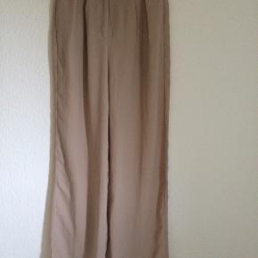 Fine bukser fra Na-kd. Beige med lyserød undertone.  Lidt gennemsigtige (se billede).