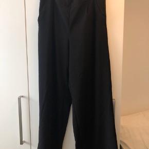 Bukser med bred vidde i ben. Loose fit