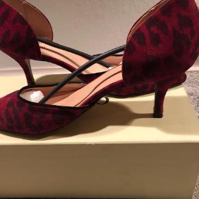 Fine fine heels i rød leopard. Brugt få timer indendørs, så de er i perfekt stand. Æske haves.  Hælhøjde 5 cm.  Handler både TS og mobilepay  Sender med DAO  Heels Farve: Leopard Oprindelig købspris: 1399 kr.