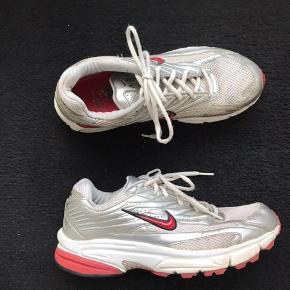 Lidt pletter foran på snuden af skoene(se billede). Ellers super fin stand. Skoen er en Nike vintage model og er derfor i fin stand i forhold til dens alder.✨ Den er sølv med røde detaljer. Den indenvendige sål måler 27 cm i længden.