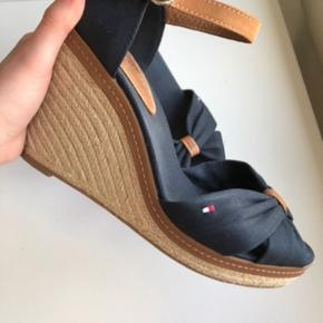 Super fine sandaler i god stand. Passer perfekt til både sommer og forår, og også med en lille nylonstrømpe til både bukser og kjoler