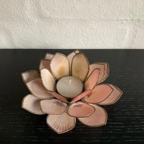 Fin rosa blomst med plads til fyrfadslys i midten.