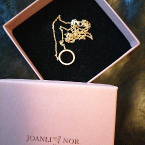 Kun brugt en gang. Flot halskæde fra Joanli Nor. Der er små sten i smykket