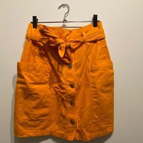 Orange nederdel fra & other stories i str 36, den har aldrig været brugt og er kun blevet krøllet af og lægge nederst i skabet 🙈