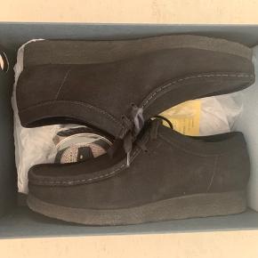 Sælger dette par super fede Clarks.   Nypris på skoen er 1550 kr.  Der medfølger alt originalt med + ekstra snørebånd og kvittering   Skoen er brugt 1 gang!   Sælges kun fordi jeg ikke får den brugt, og er ved at rydde ud af mit klædeskab/sneaks