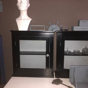 2 fine skabe kan enten stå eller hænges op på væg pr str 400-,