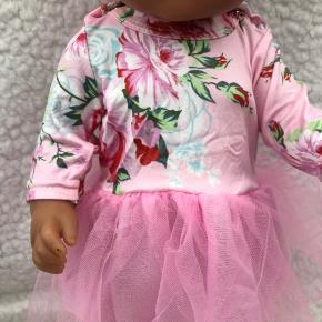 Flot kjole med tyl del Lukkes med trykknapper på skuldrene Helt ny! Dukken følger ikke med