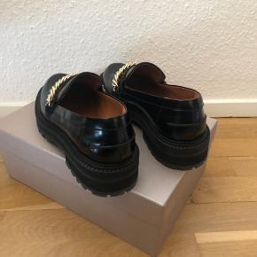 Sælger disse SUPER smukke BilliBi loafers 14710. De er kun brugt 2 gang og sælger dem kun fordi de fortjener at blive brugt noget mere, og jeg har simpelthen for mange sko 😅😅😅  De er true to size og i virkelig fin stand. Original æske medfølger. 💕   Købt på boozt til 1299,-  Giv gerne et realistiske bud. 💸   Afhentes i lystrup eller sendes på købers regning. ✨