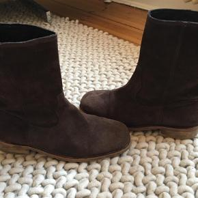 Our Legacy brown suede boots. Great condition!  Might do trades for these. Oprindelig købspris: 3500 kr.