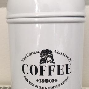 ☕️ Coffee & Tea dåse🧁 2 stk fine kaffe og the dåse med tætsluttende låg, så der holdes på smagen. Pris er for begge. Sælges samlet  ' køb nu ' 📦  📦🎁📦🎁📦🎁 Du betaler kun for fragt en gang, hvis du ønsker at købe flere ting samlet i en pakke 🌸Pakken må veje op til 5 kg. 🌸Betaling + Levering igennem Trendsales sikkerhandels system. ( Dao pakkeshop 37kr)  Se mine andre annoncer 🌸🌺👠👗🙂   #Secondchancesummer