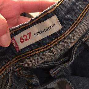 Levis straight fit jeans. Waist svarer til 28, og L svarer til 30-32 (er 165 og de går mig til lige over hælene uden sko)