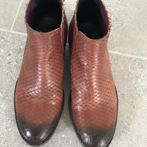 Overvejer at sælge mine super super fede støvler fra Catarina Martins  Støvlerne er i lækkert skind og utrolige skønne at ha på.. Bytter ikke!