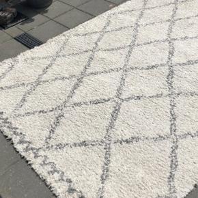 Tæppe fra Ellos. Se tekst om tæppet på det sidste billede. Det er brugt og lidt nusset i farven. Ingen pletter eller lign.