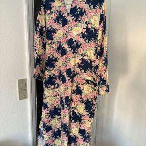 Flot vintage kjole i 100% bomuld.  Stor/rummelig i str. Passes derfor bedst af str S/M 💕  Kjolen har lommer og lynlås (som ikke går hele vejen ned)