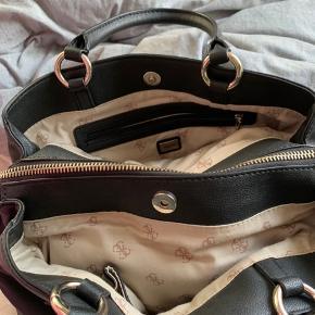 Denne lækre GUESS taske er blevet brugt en gang. Helt som ny. Der følger en rem med til tasken.  Dustbag medfølger.   Byd gerne
