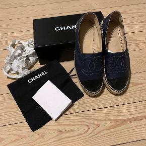 Super lækre espadrillos fra Chanel sælges. De er absolut i den gode ende af GMB. Mørkeblå med sorte snuder - fede til jeans. De måler 24,5 cm. indvendigt mål.  Alt medfølger; kvittering, skopose, æske, pose.  Jeg svarer kun på spørgsmål her på annoncen. IKKE I PRIVATBESKED.