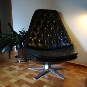 """MS68 lænestol  I sort læder ◾stål fod ◾""""hvilefunktion""""  Madsen & Schøbel. Hvilestol med vippefunktion, knappolstret med kraftigt sort læder, fempasfod af stål,  H. 100 cm, B. 82 cm.  Tegnet for Nielaus Jeki, 1968, model MS68. Fremstår med minimale brugsspor.  Nypris omkring 10.000  Byd løs 😊"""