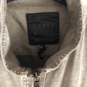 Smuk jakke med fantastiske detaljer i velour... Brugt meget sparsomt... Standen er som ny....  Jeg bytte ikke... Sender gerne... Køber betaler fragt... PRISEN ER FAST!!!