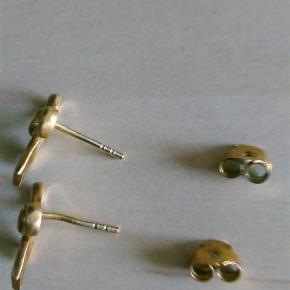 Super smukt smykkesæt med sløjfeørestikker og halskæde i forgyldt sølv fra Arena Cph. Jeg har købt sættet brugt. Har haft øreringene på én gang. Har aldrig haft halskæden på. Der er et lille mærke på den ene stang. Det betyder ingenting og kan ikke ses når de er på. 200,- pp og mobilepay for hele sættet. Sender hurtigt  Halskæden er solgt.