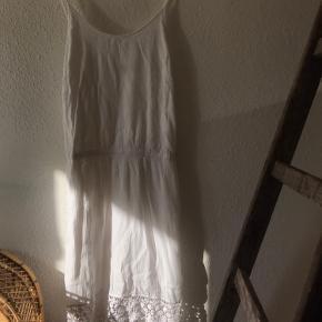 Super smuk kjole fra selected femme, sælges da den ikke bliver brugt længere. Den har været i brug et par gange, men fejler absolut intet ☺️  Farven er kridhvid, og så har den de smukkeste blonder for neden. Spaghettistropperne kan også justeres, så den passer bedre over brystet.  Den passes af en small og medium. En lille large kan også være i den, men den vil være strammere over brystet.  Jeg er 170cm, og er en medium. Den går med til midt på låret/lige over knæet ☺️