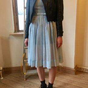 Acne Jeans Archive læderjakke. Smuk og patineret cropped jakke med fede biker-detaljer. 100% kalvelæder.