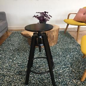 9 barstole fra ikea. Har brugsspor på overfladen men stadig i fin stand.  Ny pris 300 stykket. 800 for alle 9.  Afhentes i Odense C.  Siddehøjde. Kan justeres