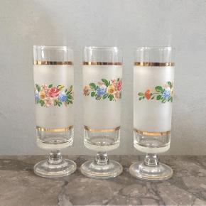 12 skønne specielle gamle champagneglas. De er matslebne med guldbånd og blomsterdekorering🌸🌸 Stk 60,- / 12 stk 450,-  Se også mine mange andre sager. Jeg giver gerne mængderabat.  #champagneglas #champagneglassalg #champagnefløjter #dekoreredeglas #glasmedblomster #vintageglas #vintagechampagneglas #retroglas #retrochampagneglas #12glas #trendsalesfund #genbrugsglas #genbrugsgaver