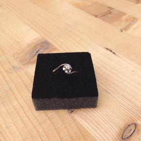 Hvidguld 14k prinsessering med lille sten. Uden mærker eller slitage. Min mormors forlovelsering sælges.. kom gerne med bud.