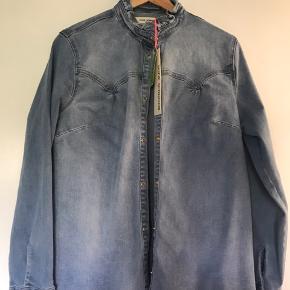 Super flot skjorte som er lavet plastic flasker. Aldrig brugt! Der er stretch i den.