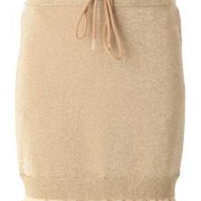 Lækker Acne nederdel i guld - super fed! Aldrig brugt!  Lækker Acne nederdel Farve: Guld