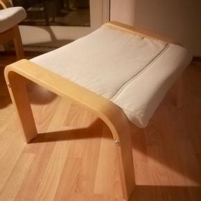 Ikea taburet i næsten perfekt stand fra Ikea POÄNG serien. Har et neutralt og pænt hvidt betræk, som kan tages af og vaskes. Stel er i birketræsfiner. Sælges da den ikke bruges. Fra ikke-ryger hjem. Nypris 400 kr.