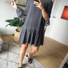 Devier kjole med den fineste A-form  👗 Str. xs 👗 Nypris 700 kr. 👗 Brugt enkelte gange 👗 Sælges for 200 kr.  Køber betaler ts-gebyr og forsendelse