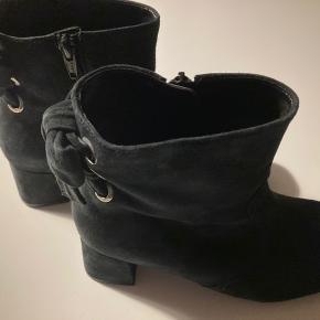 Lækker støvler i moderene mørkeblå farve fra Gabor Str. 38 Aldrig brugt Ny pris 999 kr