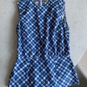 Fin skjorte uden ærmer fra Arket i en ganske standard størrelse 36 - small.   Den er kun brugt enkelte gange.