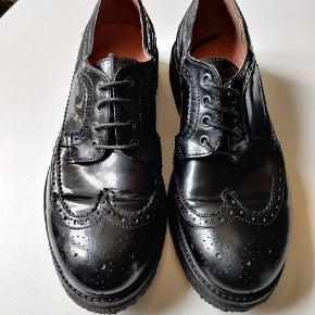 Blanke med tyk rågummi sål som giver en comfort som du vil nyde at gå med en hel dag. Soulland skoen udskiller sig fra de mange sko som ofte har en tynd læder eller plast sål.  Efterårets sko som kan bruges hele året og er både smart og trendy, selv i regn og slud.  Find dit nye efterårs tøj online på Jacobs Secondhand og Genbrugs marked. Sikker handel gennem Trendsales. Hurtig og billig levering.