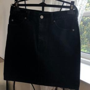 Mærke: DrDenim Sort denim nederdel med lynlås-detalje for neden (som kan lynes)  Den fejler ingenting