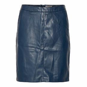 Smuk nederdel i fake læder.