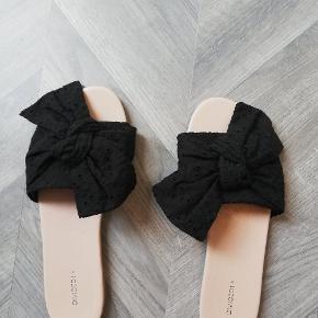 Søde sandaler med sløjfer. Aldrig brugt. Tager ikke billede af tøjet på 🌺